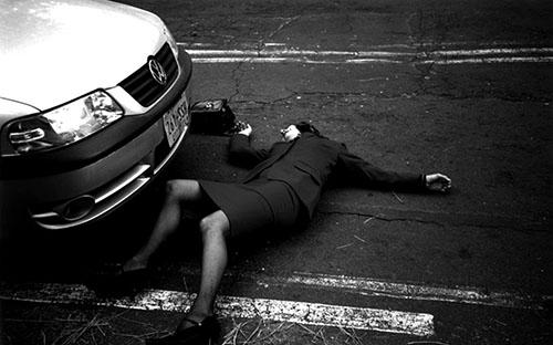 © Katrin Daschner, Auto-Szene: Filmstill (Elisabeth Romero/Humbert Humbert und EdwardaGurrola/Dolores) aus : dolores, 2005
