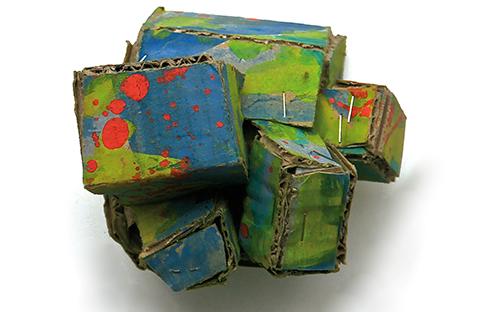 © Elisabeth Homar, Alles gut verpackt, 2005, Karton, Heftklammern, Gouache, 9 x 8 x 10 cm