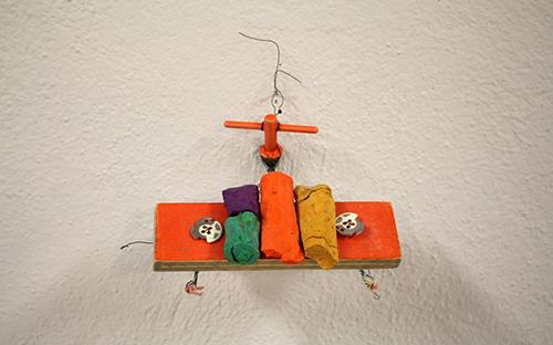 © Elisabeth Homar, Es ist nicht nötig, über Vergangenes zu reden, 2008, Holz, Stahl, Draht, Blech, Tempera, 8 x 12 x 5 cm