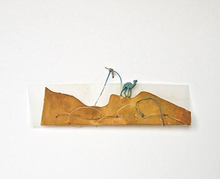 © Elisabeth Homar, Wo seid ihr denn alle? 2012, Holz, Kunststoff, Draht, Tempera, 4,5 x 16 x 1 cm