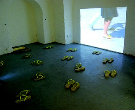 © Karin Maria Pfeifer, Grip, 2012, Rauminstallation, Video, Betonobjekte, Größe variabel